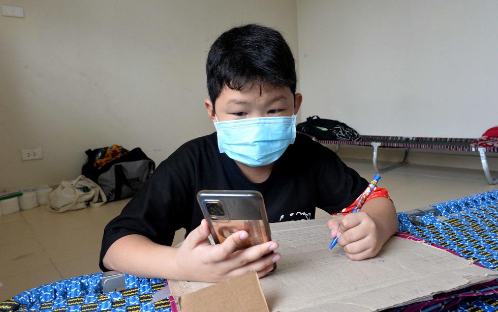 Học trực tuyến trong bệnh viện dã chiến - Ảnh 1.