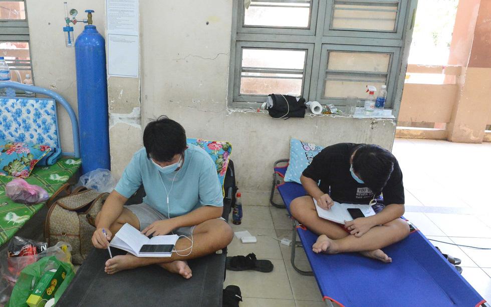 Học trực tuyến trong bệnh viện dã chiến - Ảnh 3.