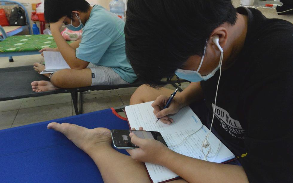 Học trực tuyến trong bệnh viện dã chiến - Ảnh 2.