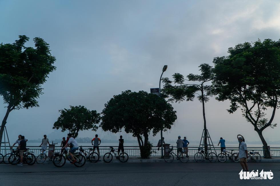 Người dân thủ đô háo hức ra đường tập thể dục trong ngày đầu nới lỏng - Ảnh 1.