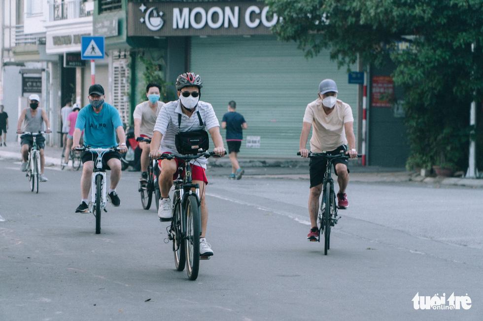 Người dân thủ đô háo hức ra đường tập thể dục trong ngày đầu nới lỏng - Ảnh 2.