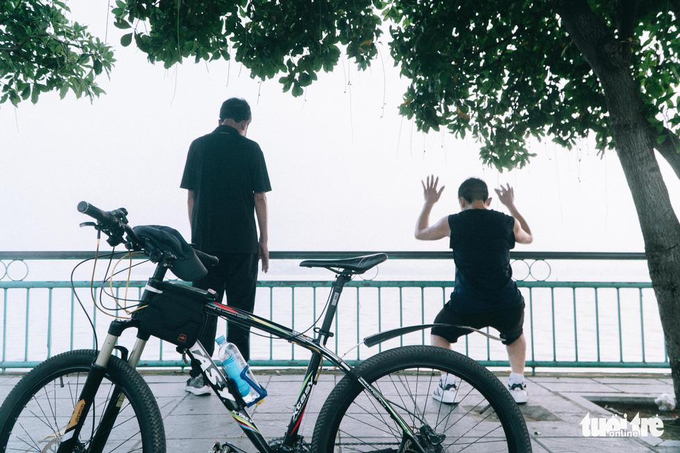 Người dân thủ đô háo hức ra đường tập thể dục trong ngày đầu nới lỏng - Ảnh 3.