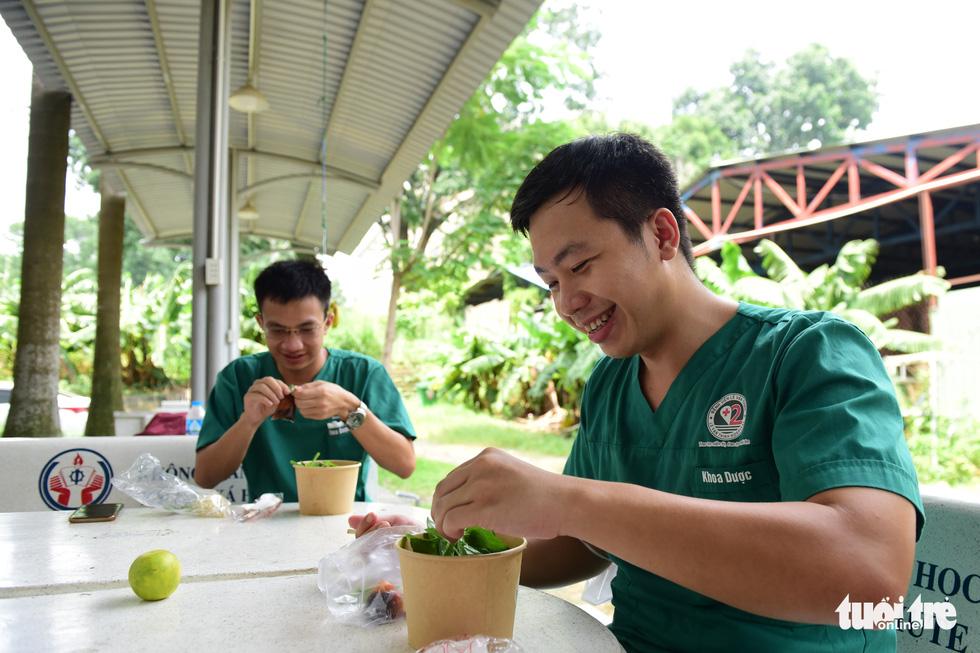 Xe phở yêu thương phục vụ bữa trưa sớm cho tuyến đầu chống dịch - Ảnh 2.