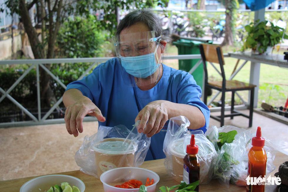 Xe phở yêu thương phục vụ bữa trưa sớm cho tuyến đầu chống dịch - Ảnh 8.