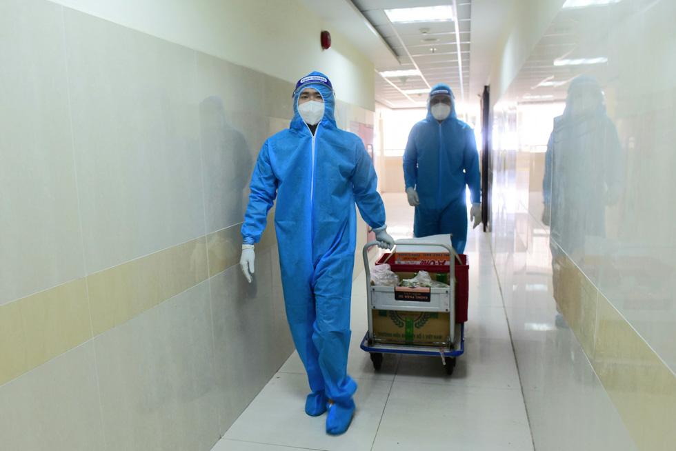 2.700 suất phở yêu thương phục vụ từ tầng hầm xe bệnh viện dã chiến - Ảnh 17.