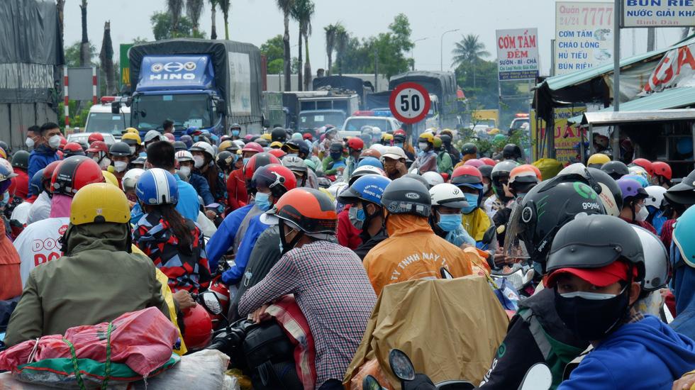 Hơn ngàn người muốn về ùn ứ giữa đường, lãnh đạo Long An ra đối thoại - Ảnh 1.