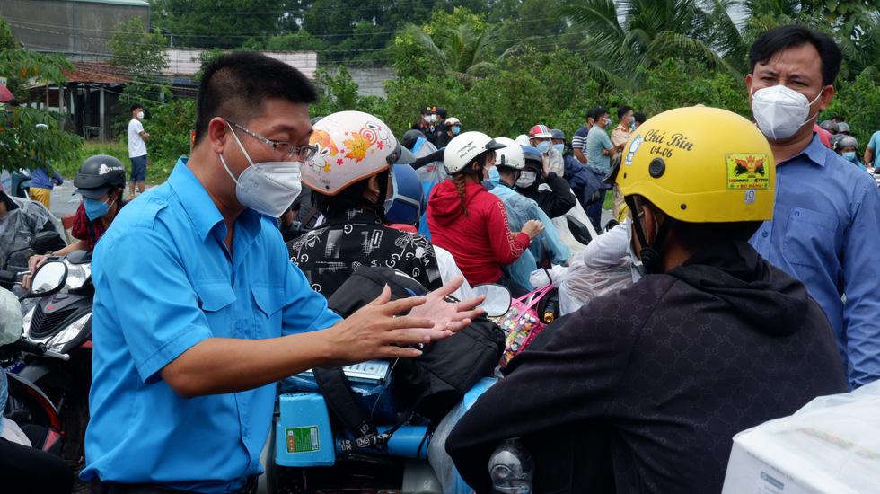 Hơn ngàn người muốn về ùn ứ giữa đường, lãnh đạo Long An ra đối thoại - Ảnh 5.