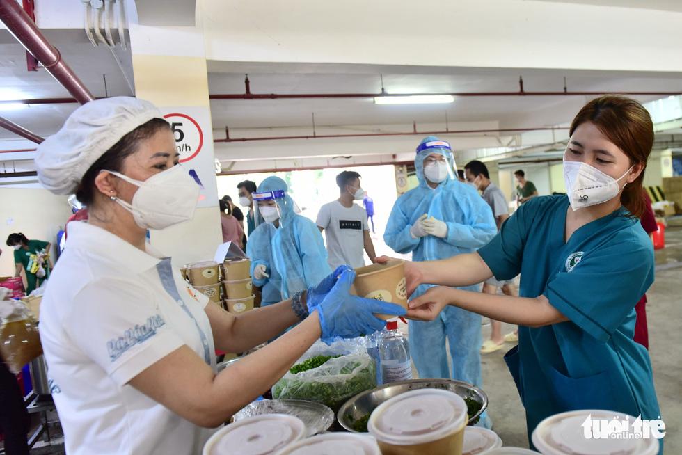 2.700 suất phở yêu thương phục vụ từ tầng hầm xe bệnh viện dã chiến - Ảnh 12.