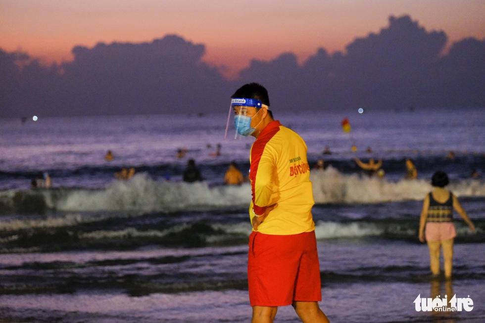Người Đà Nẵng vui vẻ rủ nhau tắm biển sớm sau nhiều ngày giãn cách - Ảnh 4.