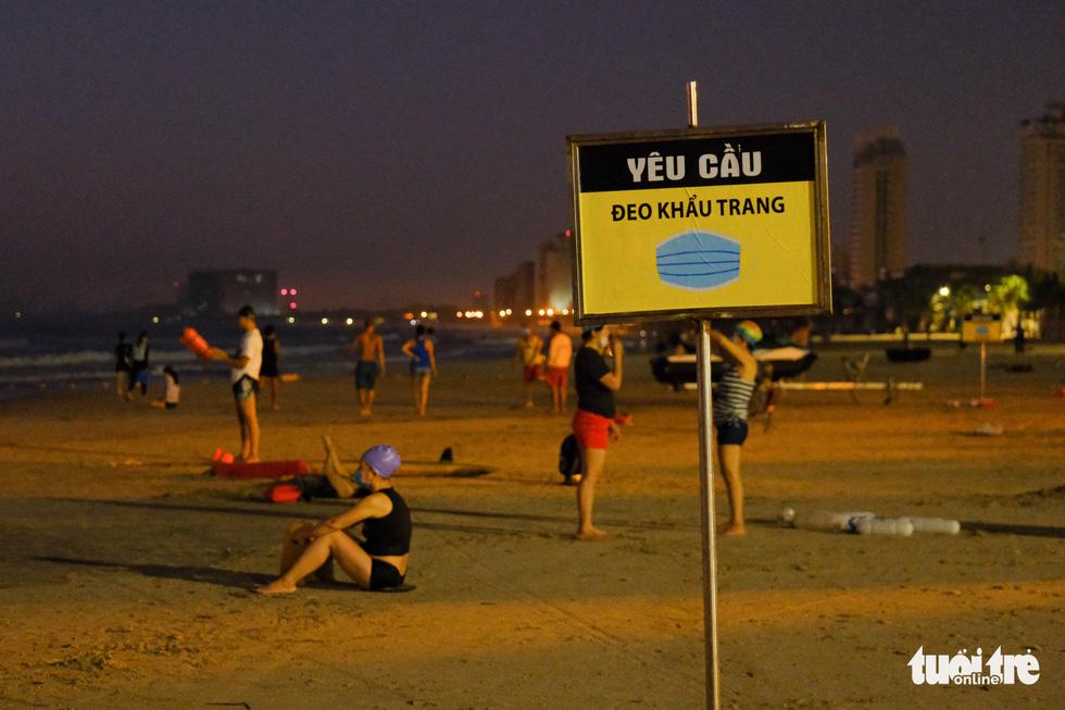 Người Đà Nẵng vui vẻ rủ nhau tắm biển sớm sau nhiều ngày giãn cách - Ảnh 5.