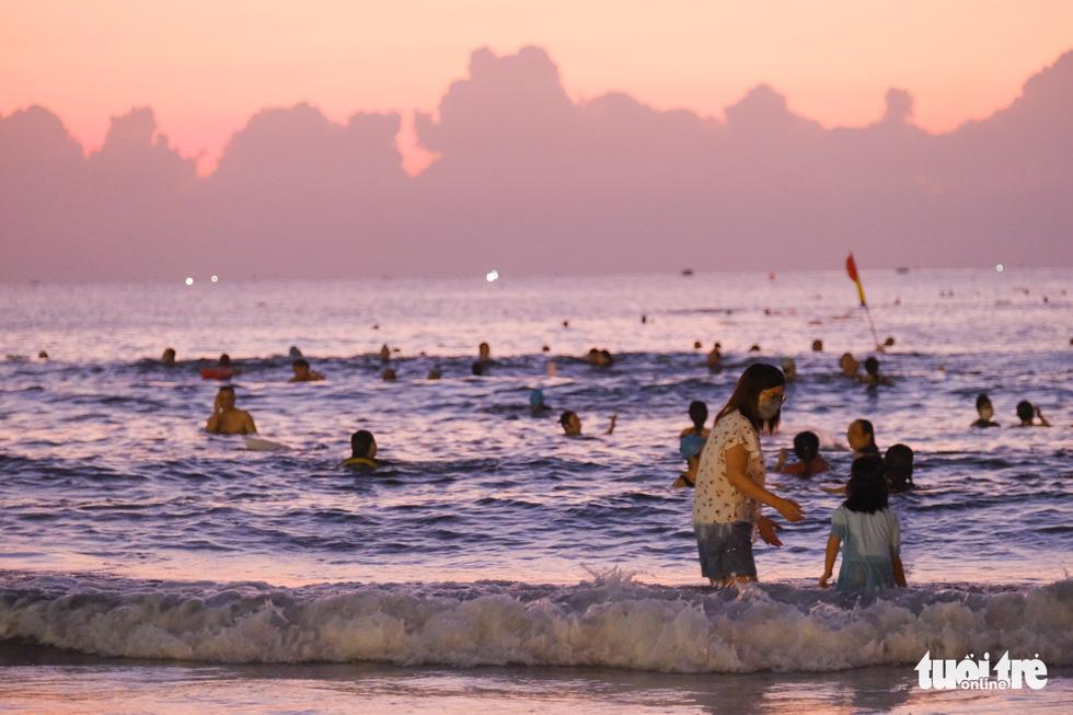 Người Đà Nẵng vui vẻ rủ nhau tắm biển sớm sau nhiều ngày giãn cách - Ảnh 6.