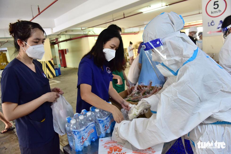 2.700 suất phở yêu thương phục vụ từ tầng hầm xe bệnh viện dã chiến - Ảnh 9.