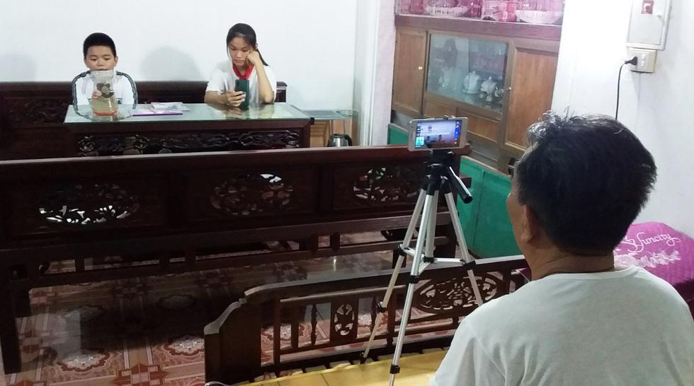 Cụ ông 77 tuổi livestream buổi khai giảng online cho các cháu - Ảnh 1.