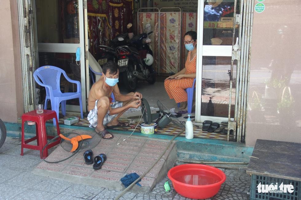 Ngày bình thường mới đầu tiên, quán xá vùng xanh Đà Nẵng chưa mặn mà mở bán - Ảnh 7.