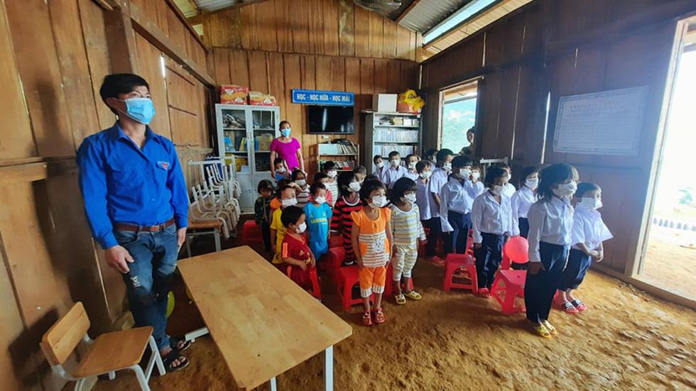 Lễ khai giảng đặc biệt trên rẻo cao với tô mì Quảng cô giáo nấu thết đãi học trò - Ảnh 2.