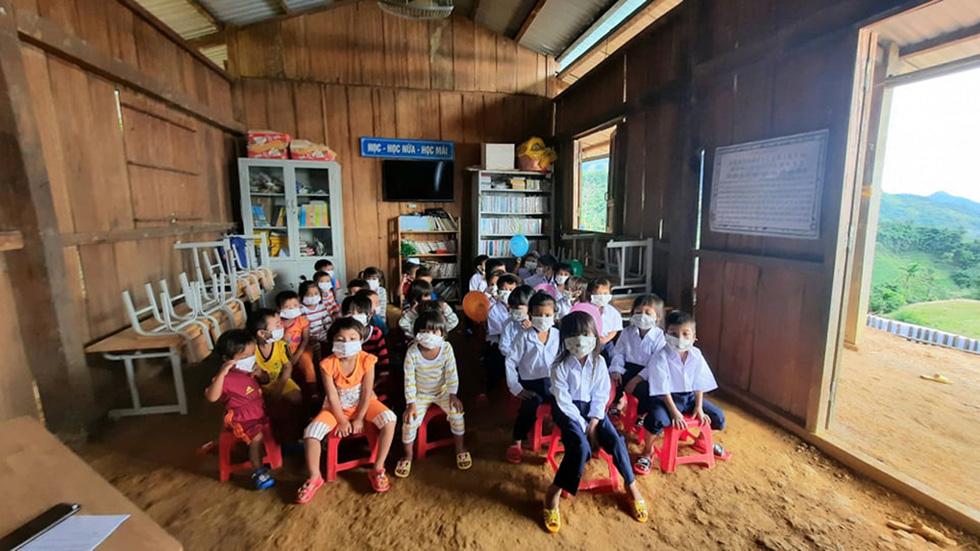 Lễ khai giảng đặc biệt trên rẻo cao với tô mì Quảng cô giáo nấu thết đãi học trò - Ảnh 4.