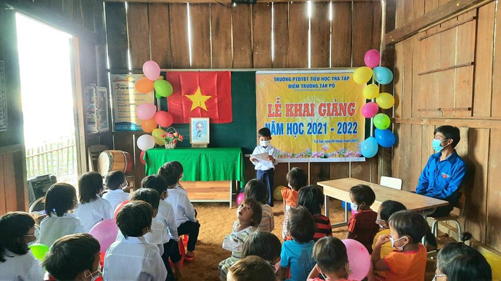 Lễ khai giảng đặc biệt trên rẻo cao với tô mì Quảng cô giáo nấu thết đãi học trò - Ảnh 5.