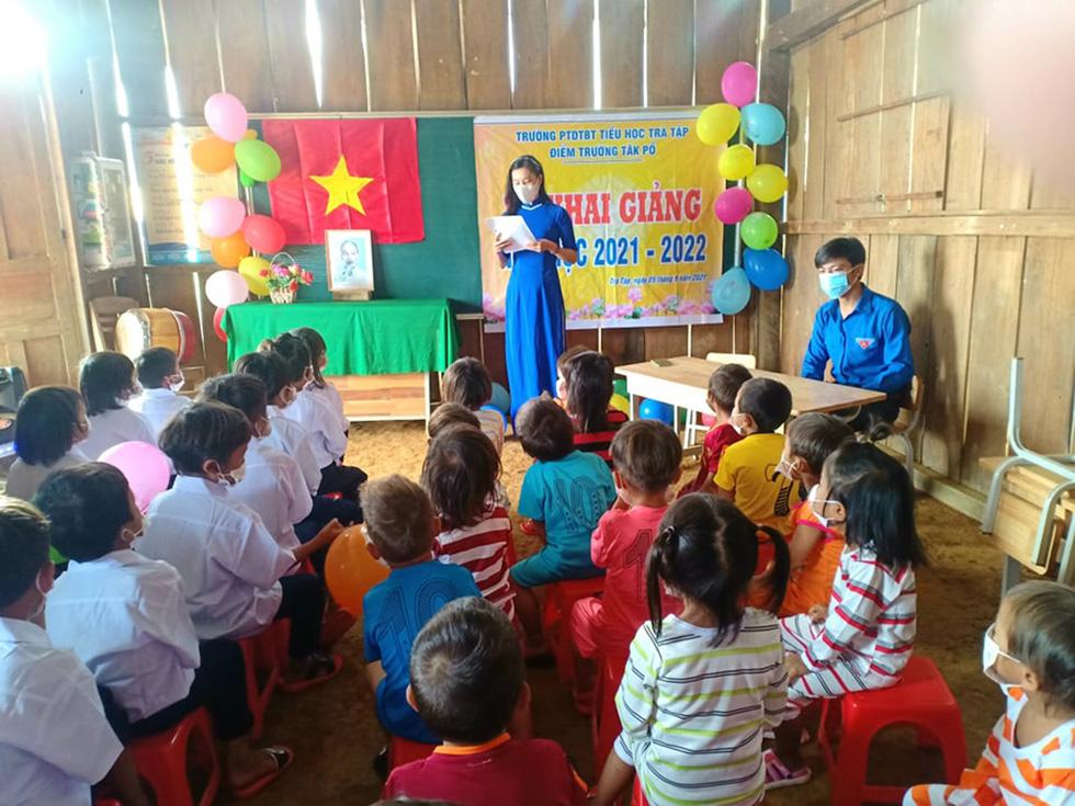 Lễ khai giảng đặc biệt trên rẻo cao với tô mì Quảng cô giáo nấu thết đãi học trò - Ảnh 3.