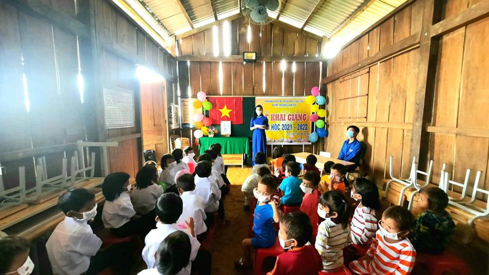 Lễ khai giảng đặc biệt trên rẻo cao với tô mì Quảng cô giáo nấu thết đãi học trò - Ảnh 7.