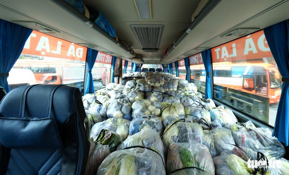 Tháo ghế, biến xe khách thành xe tải mang 1.000 tấn nông sản Đà Lạt tặng TP.HCM - Ảnh 2.