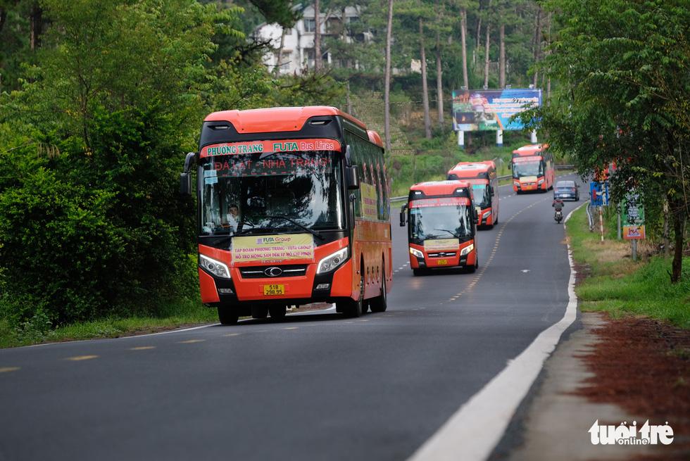 Tháo ghế, biến xe khách thành xe tải mang 1.000 tấn nông sản Đà Lạt tặng TP.HCM - Ảnh 6.