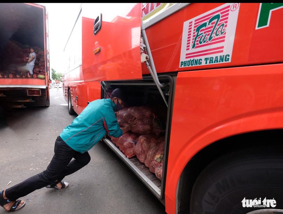 Tháo ghế, biến xe khách thành xe tải mang 1.000 tấn nông sản Đà Lạt tặng TP.HCM - Ảnh 4.