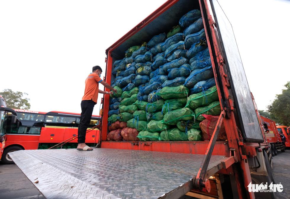 Tháo ghế, biến xe khách thành xe tải mang 1.000 tấn nông sản Đà Lạt tặng TP.HCM - Ảnh 5.