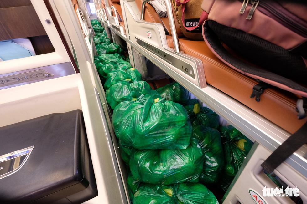 Tháo ghế, biến xe khách thành xe tải mang 1.000 tấn nông sản Đà Lạt tặng TP.HCM - Ảnh 3.
