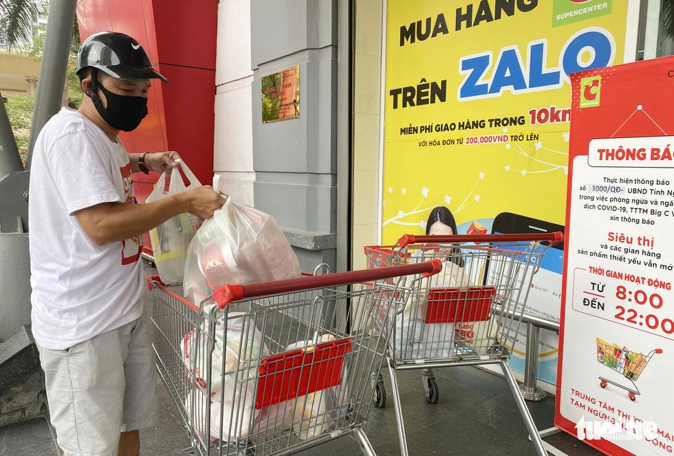 Người dân TP Vinh xếp hàng nhiều giờ chờ mua thực phẩm - Ảnh 8.