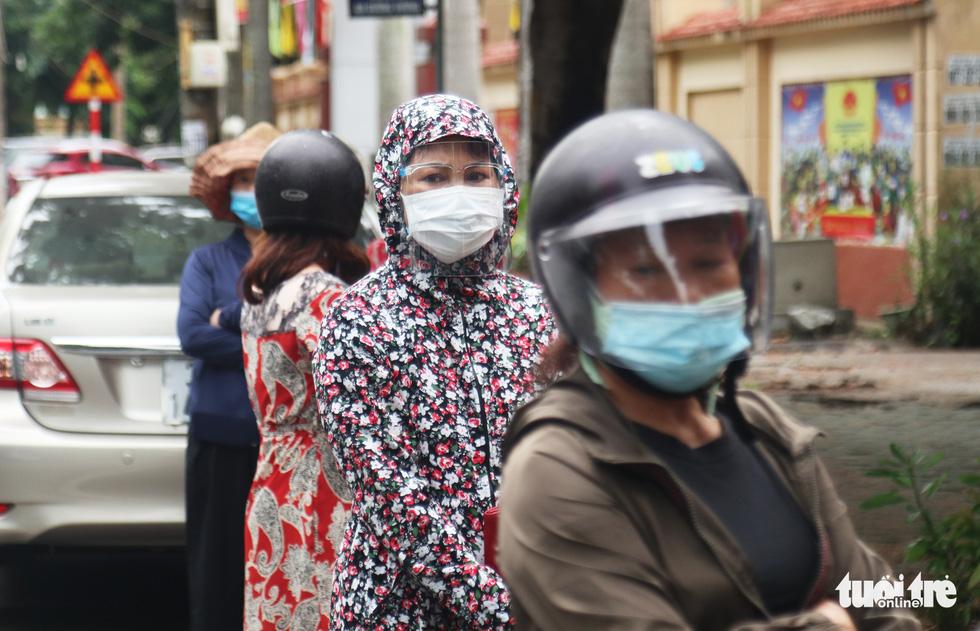 Người dân TP Vinh xếp hàng nhiều giờ chờ mua thực phẩm - Ảnh 1.