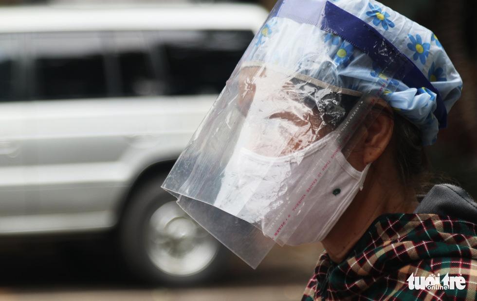Người dân TP Vinh xếp hàng nhiều giờ chờ mua thực phẩm - Ảnh 4.