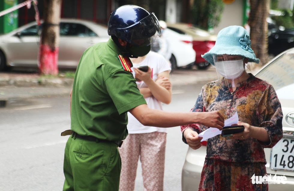 Người dân TP Vinh xếp hàng nhiều giờ chờ mua thực phẩm - Ảnh 3.