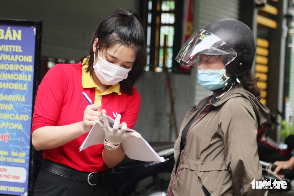 Người dân TP Vinh xếp hàng nhiều giờ chờ mua thực phẩm - Ảnh 7.