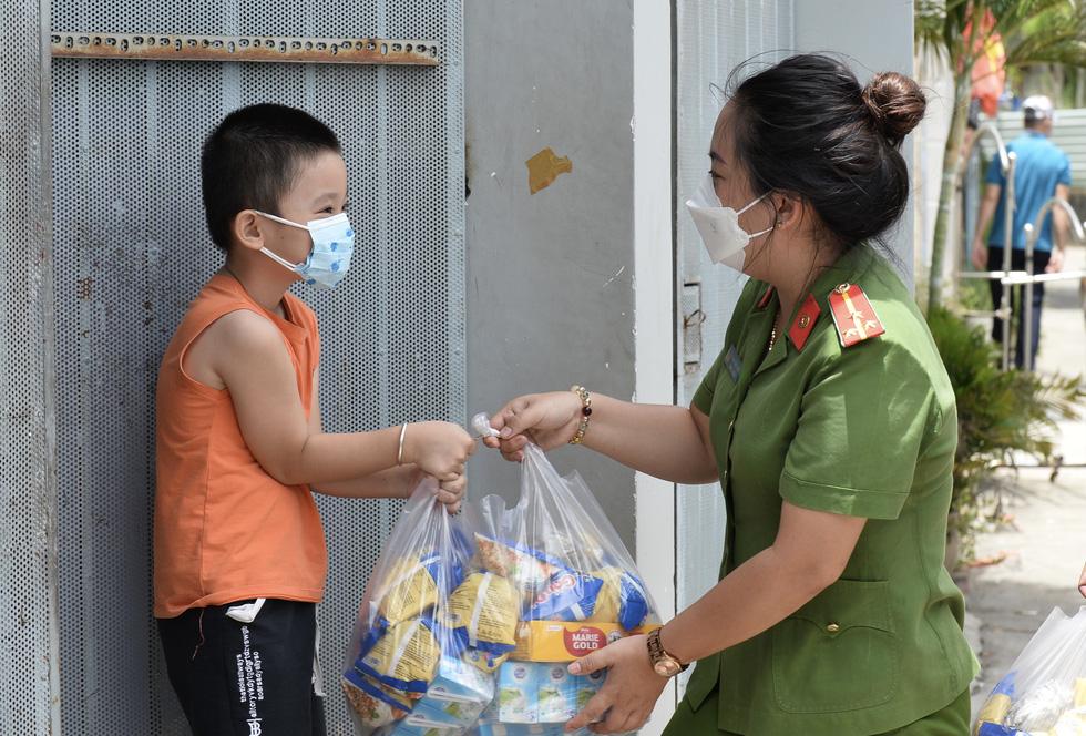 200 phần quà của Công an TP.HCM đến với trẻ em khuyết tật, mồ côi - Ảnh 5.