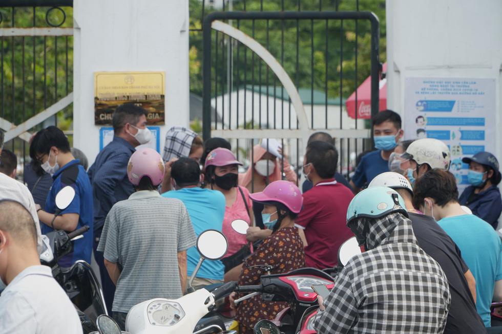 Nhiều điểm tiêm chủng tại Hà Nội đông nghẹt, chen lấn - Ảnh 3.