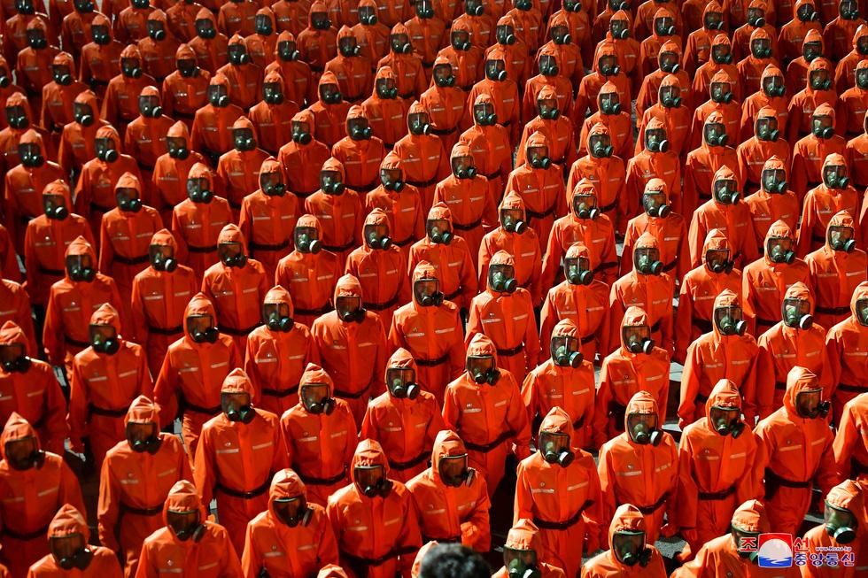 Lực lượng chống dịch xuất hiện trong duyệt binh mừng Quốc khánh Triều Tiên - Ảnh 1.