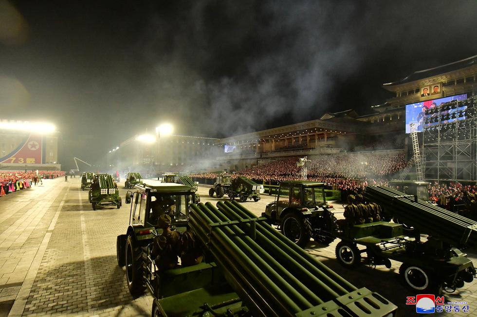 Lực lượng chống dịch xuất hiện trong duyệt binh mừng Quốc khánh Triều Tiên - Ảnh 4.