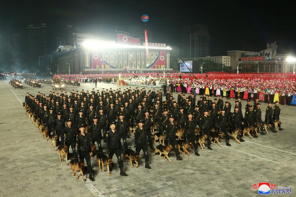 Lực lượng chống dịch xuất hiện trong duyệt binh mừng Quốc khánh Triều Tiên - Ảnh 8.
