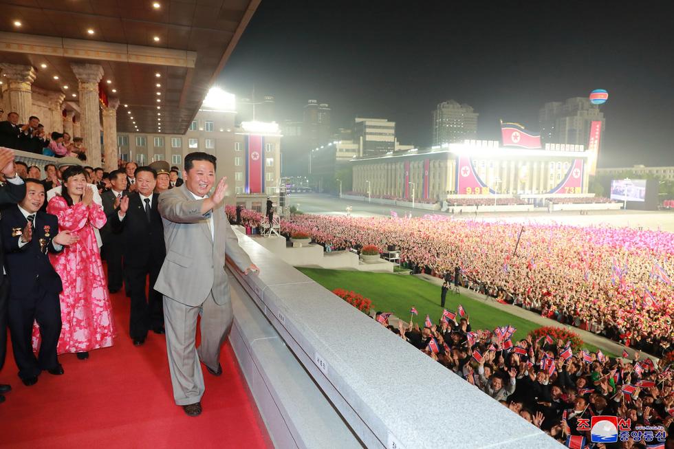 Lực lượng chống dịch xuất hiện trong duyệt binh mừng Quốc khánh Triều Tiên - Ảnh 3.