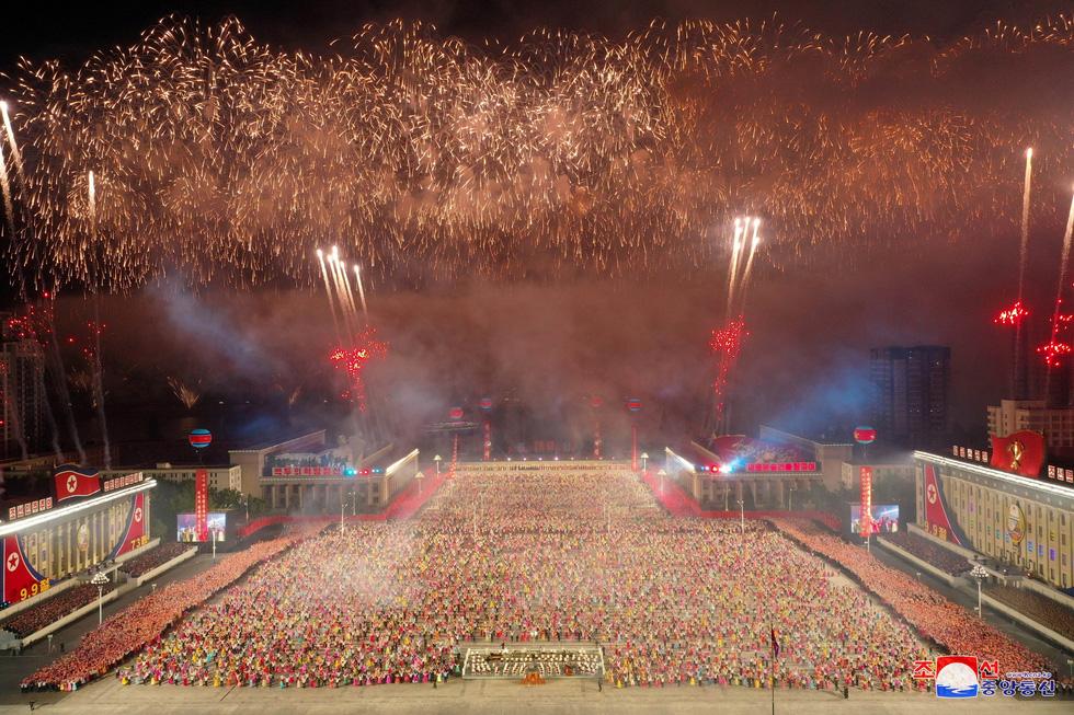 Lực lượng chống dịch xuất hiện trong duyệt binh mừng Quốc khánh Triều Tiên - Ảnh 9.