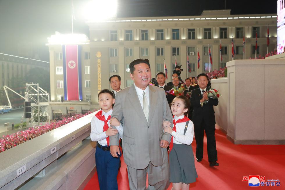 Lực lượng chống dịch xuất hiện trong duyệt binh mừng Quốc khánh Triều Tiên - Ảnh 2.