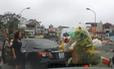 Nữ tài xế lái xe hơi phạm luật còn sửng cồ với người đi xe máy