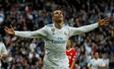 Ronaldo lập cú đúp mừng bóng vàng, R.M đè bẹp Sevilla
