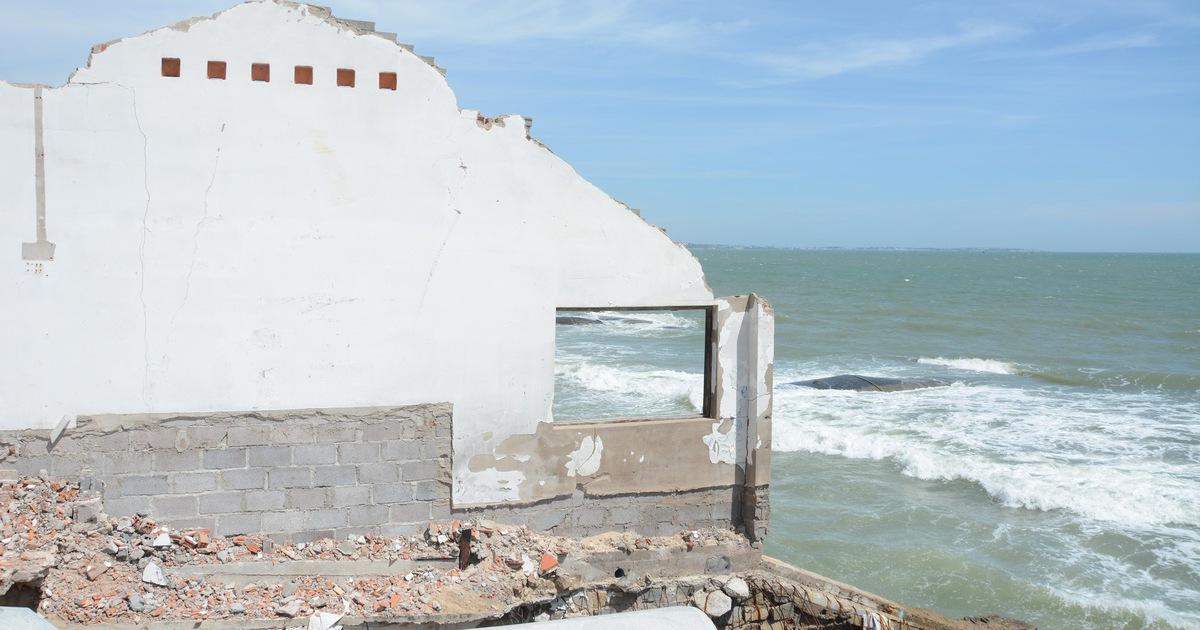 """Bờ biển """"thủ đô"""" resort Phan Thiết sạt lở nặng"""