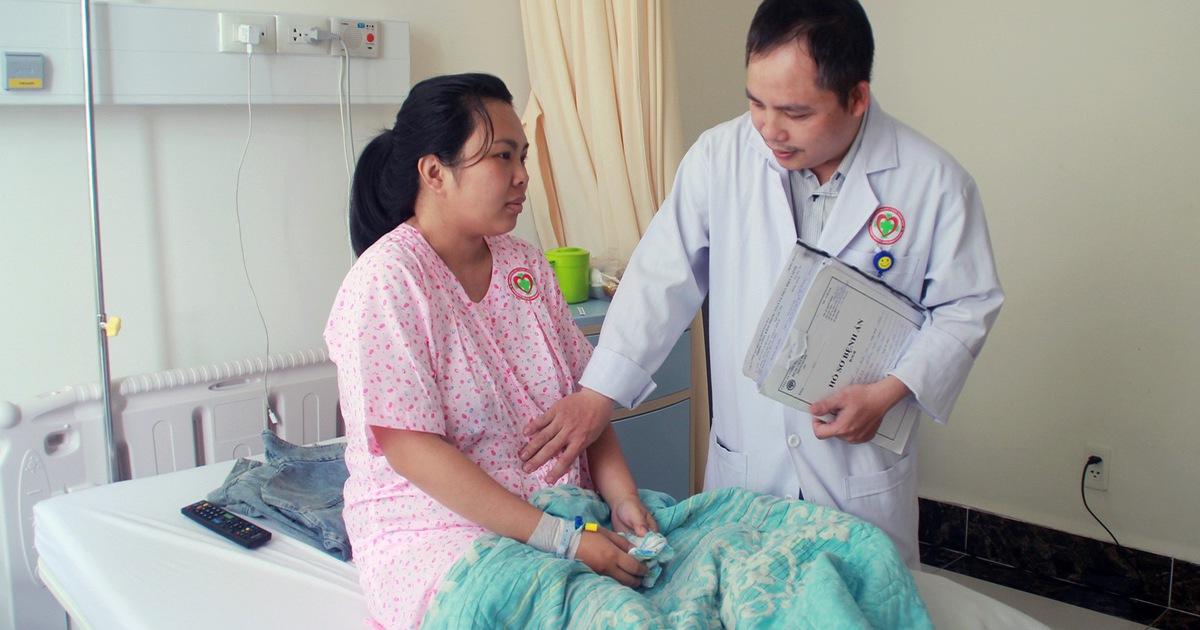 Mổ bắt con, cắt khối u nang khủng cho một sản phụ