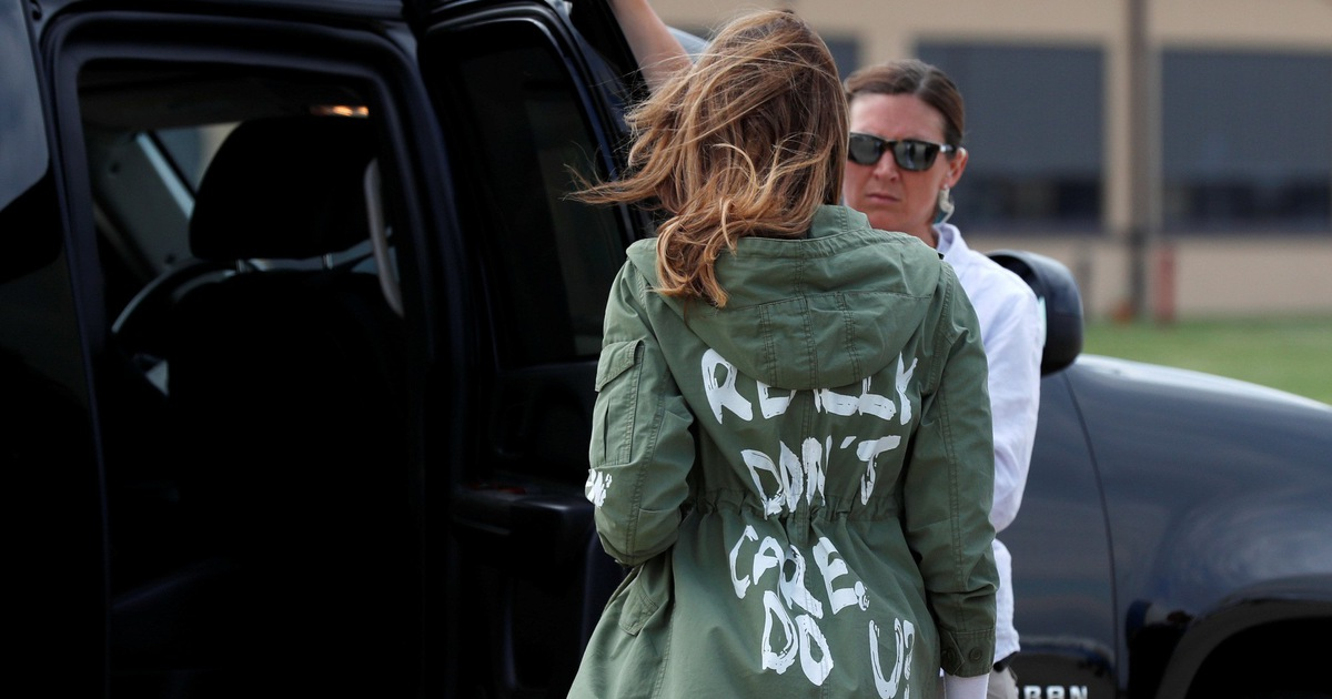 """Mặc áo có chữ """"không quan tâm"""", vợ ông Trump gây tranh cãi"""