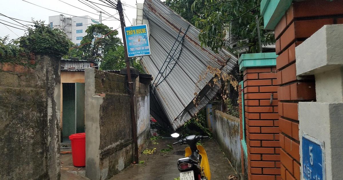 TP Huế: mưa lớn kèm gió mạnh khiến nhiều công trình hư hại