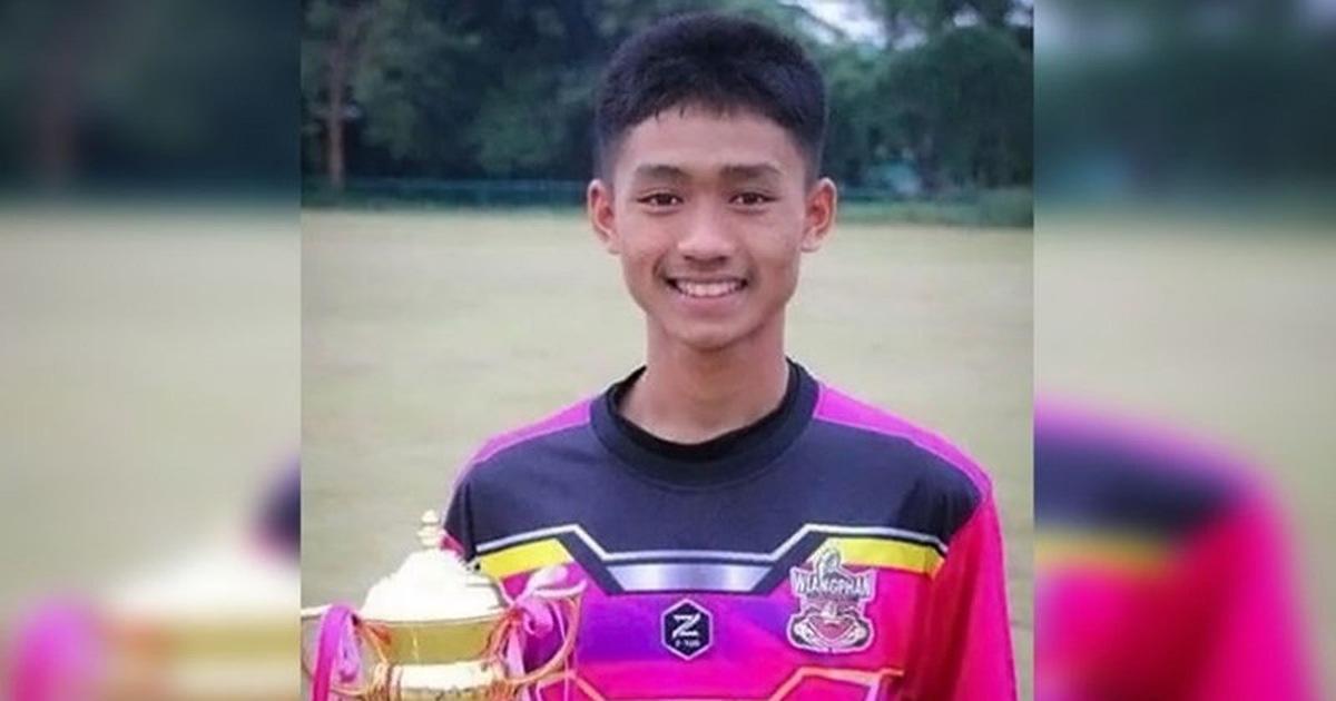 Cậu bé duy nhất trong đội bóng Thái nói chuyện được với thợ lặn nước ngoài
