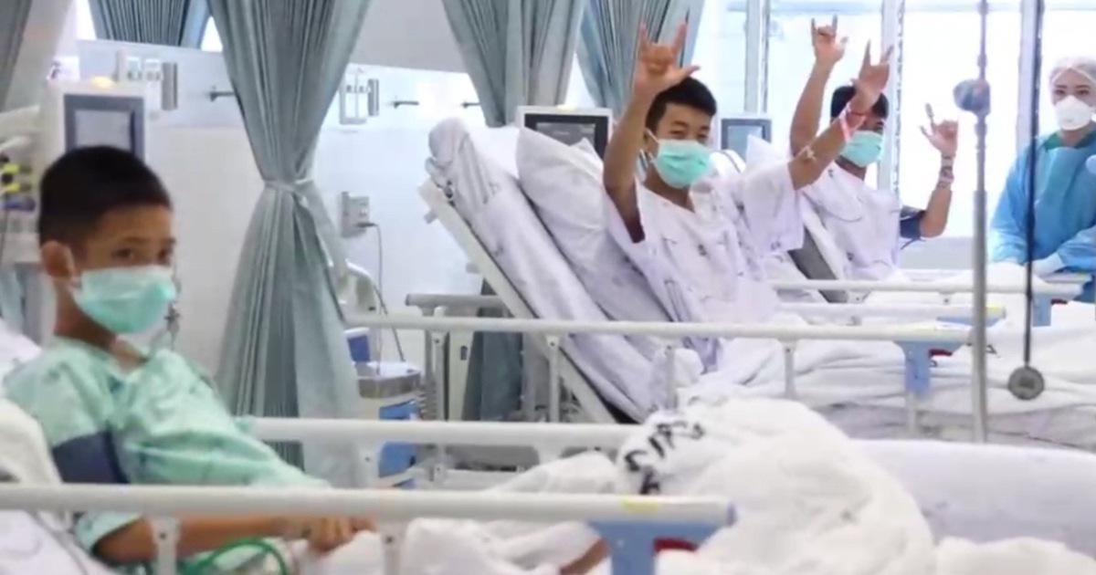 Công bố hình ảnh đầu tiên của đội bóng nhí Thái Lan sau khi được cứu