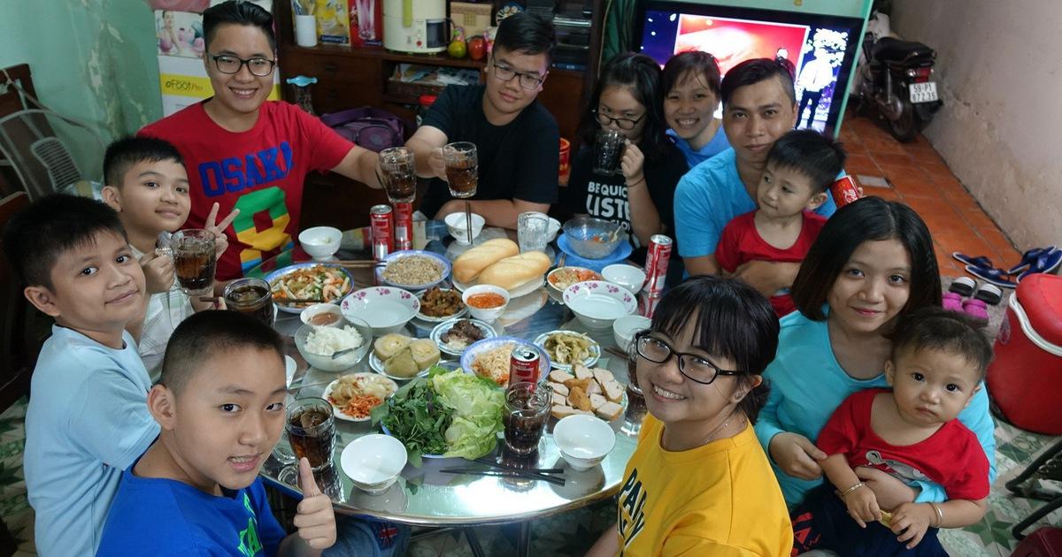 Mâm cơm gia đình: dạy con quy tắc hội nhập trên bàn ăn